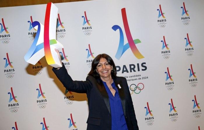 Anne-Hidalgo-avec-le-logo-de-Paris-2024..jpg